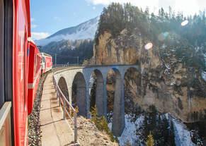 UNESCO-Weltkulturerbe Albulabahn: Gezogen von der RhB Ge 4/4 III 651, fahren wir am 18.02.2017 mit dem RE (Chur -  St.