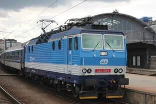 Am 22.08.2016 legt 362 128 mit ihrem Zug in Prag Hauptbahnhof einen Zusteigehalt ein.