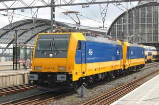 Am 05.09.2016 steht eine Doppeltraktion BR186 auf den Durchfahrtsgleisen in Amsterdam Centraal.