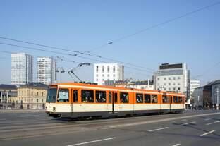 Straßenbahn Mainz: Duewag / AEG M8C der MVG Mainz - Wagen 271, aufgenommen im Februar 2017 am Hauptbahnhof in Mainz.