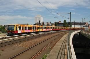 481 470-3 erreicht am 28.5.2017 als S75 von Berlin Wartenberg nach Berlin Westkreuz den Berliner Hauptbahnhof.