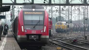 430 114 der S-Bahn Rhein-Main hält als S9 nach Wiesbaden Hbf in Mainz-Bischofsheim, während im Hintergrund eine Bauriehe 294 rangiert und 225 010 der DB Bahnbau abfahrbereit steht.