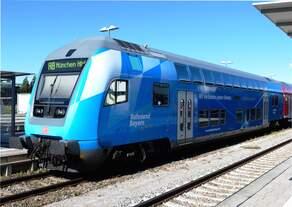 Immer wieder ein Hingucker im Vergleich zum Verkehrsrot, der blaue Doppelstocksteuerwagen der Südostbayernbahn.