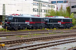 EBS 140 815-2 und 140 811-1 Passau Hbf, vom Bahnsteigende fotografiert.