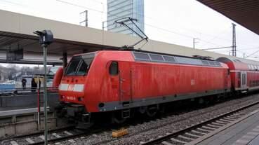 Auf der Linie RE 60 fahren bis zur Ablösung durch die 446er auch noch lokbespannte Dosto Züge.