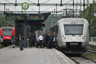 Am 16.07.2017 legt ein Snabbtåg aus Sundsvall im Bahnhof Gävle einen Zusteigehalt ein.
