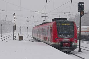 Völlig verschneiter Rückblick auf die ausfahrende S-Bahn nach Wuppertal im Bahnhof Gladbeck am 24.01.2015