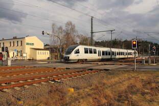 Der VT 643.04 (95 80 0643 361-8 D-PEG) der NEB auf der Fahrt von Berlin Ostkreuz nach Templin Stadt am 05.03.2018 in Nassenheide.