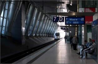 ICE-T, aus dem Licht kommend -    Einfahrt unseres Zuges in den Fernbahnhof am Flughafen Frankfurt am Main.