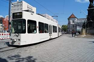 Der GT8Z Tw 260 am 11.05.2018 am Siegesdenkmal in der Freiburger Altstadt unterwegs auf der Linie 2.