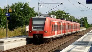 425 026 erreicht als RB 2 (38856) den Haltepunkt Bobstadt.