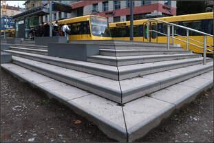 Bahnsteigtreppe / Treppenbahnsteig -    Haltestelle Eugensplatz an der Stadtbahnlinie U15 in Stuttgart.
