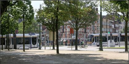 Urbanität und die Straßenbahn ist ein Teil davon -    Zwei Trams vom Typ Flexity Outlook begegnen sich in Koekelberg (Brüssel).