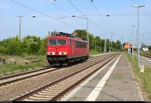 155 211-6 der Railpool GmbH als Tfzf durchfährt den Bahnhof Angersdorf auf der Bahnstrecke Halle–Hann.