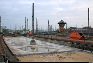 Blick auf das im Umbau befindliche Gleisvorfeld der Westseite von Halle(Saale)Hbf mit dem markanten Wasserturm im Hintergrund.
