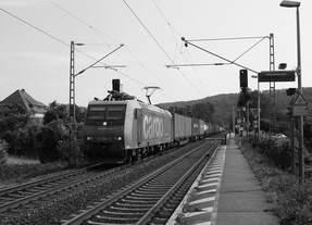 Die 482 006-4 der SBB Cargo mit einem Güterzug aus Koblenz kommend durch Namedy in Richtung Köln.