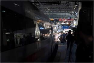 Von der dunklen Enge zur weiten Helle -    Unter den Zugangsebenen, Bahnhofsquerflügeln und der Steintorbrücke wirkt der Hamburger Hauptbahnhof sehr dunkel und eng im Gegensatz zum offenen