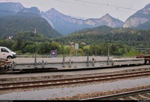 Blick auf Flachwagen Xae-t 93110 der Rhätischen Bahn (RhB), der im Bahnhof Reichenau-Tamins (CH) abgestellt ist.