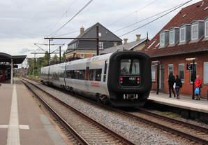 Am 28.08.2018 steht ein Øresundtåg nach Helsingør im Bahnhof Hellerup.