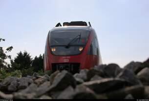 Da kommt etwas auf uns zu:  Gegenlichtaufnahme von 644 060 (Bombardier Talent) von DB Regio Baden-Württemberg als RB 17379 von Basel Bad Bf (CH) nach Waldshut (D), die in Grenzach-Wyhlen auf der