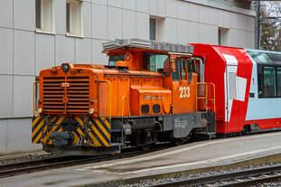 Die RhB Gm 3/3 – 233 rangiert am 17.02.2017  den Glacier-Express  Panoramawagen MGB Api 4040 im Bahnhof Chur.