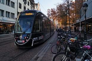 Der Urbos 100 Tw 301 am 22.11.2018 in der Bertoldstraße unterwegs auf der Linie 5 Richtung Rieselfeld.