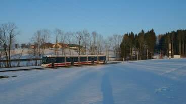 Im letzten Sonnenlicht des 5.2.2019 war ein Tramlink der Stern & Hafferl Verkehrsgesellschaft von Vorchdorf nach Gmunden unterwegs.
