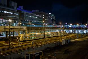 Der SJ X40 3314, ein dreiteiliger Elektro-Doppelstocktriebzug vom Typ Alstom Coradia Duplex, verlässt am Abend des 20.03.2019 Stockholm Central.