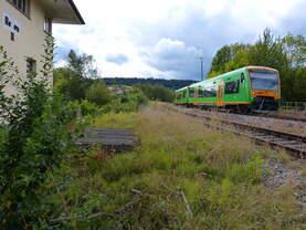 VT25 und VT XX passieren das Stellwerk des Bahnhofes Regen 20.09.2015