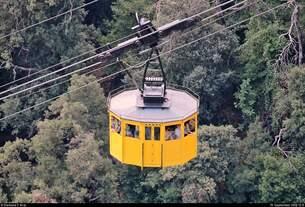 Neben der Cremallera de Montserrat (FGC), eine Zahnradbahn von Monistrol de Montserrat (E) im Montserrat-Gebirge, kann man zum Kloster Montserrat (E) auch per Seilbahn anreisen.