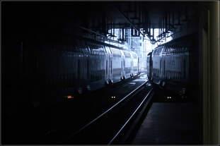 Hinein ins Dunkle - hinaus ins Helle -    Blick aus dem neuen unterirdischen Bahnhof des Züricher Hauptbahnhofes auf die Tunnelrampe.