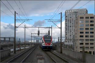 Bewölkt mit einzelnen Aufheiterungen -    Einfahrt in den Bahnhof Zürich-Hardbrücke.