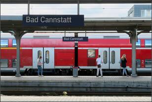 Symmetrie/ Asymmetrie -    Bahnhofsdach, das mittlere Bahnhofsschild und die Position des Zuges sind gemeinsam symmetrisch angeordnet.
