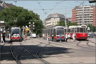 Viergleisig -     Straßenbahnhaltestelle Schwedenplatz in Wien.