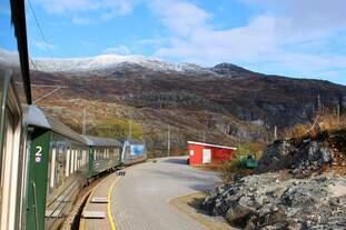 Blick zurück auf die Station Vatnahalsen der Flåmbahn inklusive Panoramakurve und Bergblick.