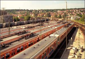 Ein Kesselzug und sechs Reihen S-Bahnen -    Blick von einen Fußgängersteg auf die S-Bahn-Abstellanlage am Bahnhof Stuttgart-Vaihingen.