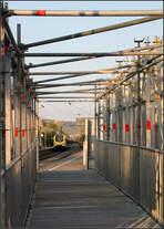 Den Zug im Fokus -    Blick durch den Baustellenzugang zum S-Bahnhof 'Stetten-Beinstein' in Weinstadt-Endersbach.