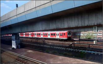 Ein Bild der vielen spitzen Winkel -    Mitzieher aus dem Zug einer Hamburger S-Bahn der Baureihe 427/473 südöstlich des Hauptbahnhofes.