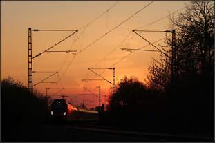 Die Sonne ist hinter den Bäumen verschwunden -    Ein reguläre S-Bahnzug auf der Linie S2 in Fahrtrichtung Schorndorf kurz vor Endersbach auf der Remsbahn.