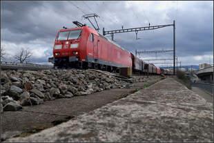 Über dem Schotter aufragend -    Güterzug auf der Basler Verbindungsbahn kurz vor der Schwarzwaldbrücke über den Rhein.