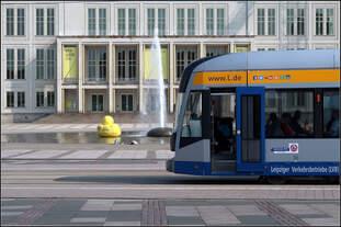 Halt an der Leipziger Oper -    Eine Straßenbahn der Leipziger Verkerhsbetriebe (LVB) an der Haltestelle Augustusplatz mit dem Opernbrunnen und der Oper im Hintergrund.