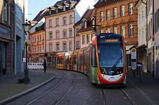 Der Freiburger Urbos TW 301 wirbt am 18.05.2020 in der Salzstraße für das 900jährige Bestehen der Stadt Freiburg.