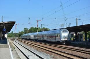 146 573 schiebt ihren IC in den Bahnhof Köthen.