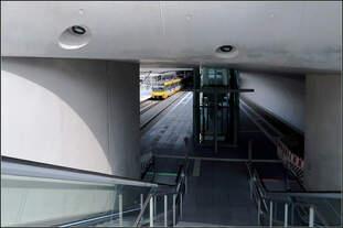 Ein gelber Farbtupfer im Grau des Betons -    Blick in die neue Stadtbahnstation Staatsgalerie in Stuttgart.