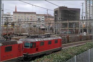 Gleisvorfeld mit Stellwerk -    Das östliche Gleisvorfeld des Bahnhofes Basel SBB mit dem interessanten Stellwerksgebäude der Architekten Herzog & de Meuron rechts im Bild.