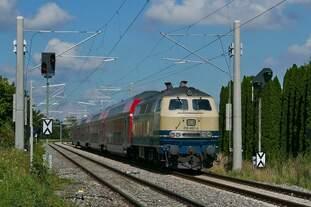Von Lindau kommend schiebt 218 460-4  Conny  der Westfrankenbahn am 11.09.2020 bei Bad Schussenried die Wagen des RE 4222 Richtung Stuttgart.