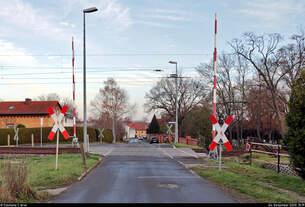Blick auf den Bahnübergang (Bü) Mühlenstraße in Holleben, der vom benachbarten Gleisbild-Stellwerk per Handkurbel bedient wird.