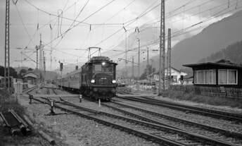 ÖBB-Altbaulok 1145.06 verlässt am 16.8.1980 mit D 1417 Mittenwald in Richtung Innsbruck.