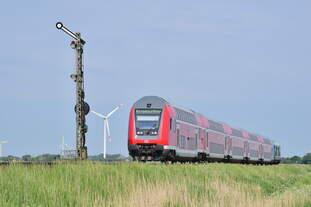Eine 246er schiebt ihre Dosto Garnitur am Einfahrsignal Lehnshallig vorbei in Richtung Niebüll.