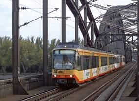 2004 wurde mit den Stadtbahnfahrzeugen 856 und 845 der AVG probeweise eine  Main-Linie  mit 4 Zugpaaren zwischen Hanau und Rüsselsheim-Opelwerk eingerichtet, hier am 26.6.2004 auf der Frankfurter
